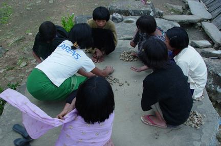 children-playing-in-yang-khullen